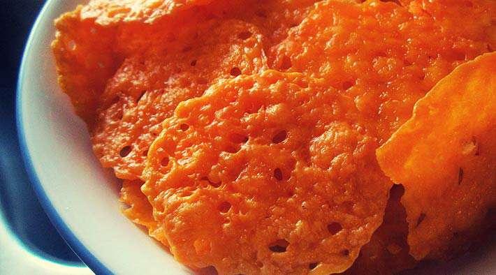 Knusprige Low-Carb Parmesan-Chips mit Dip