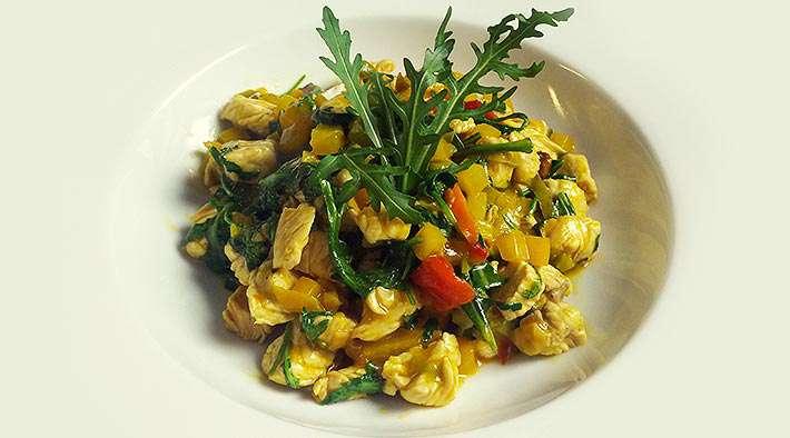 zum Rezept Leckere Gemüse-Curry-Putenpfanne mit Rucola