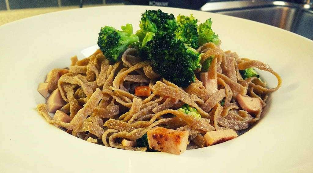 zum Rezept Eiweißnudeln in Wurst-Broccoli Pfanne