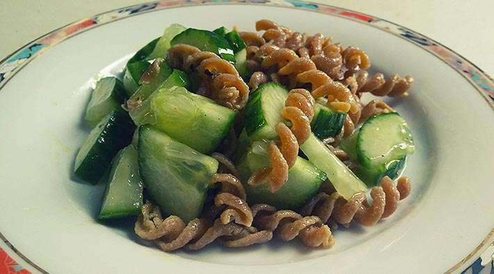 Low-Carb Protein-Nudel-Gurkensalat