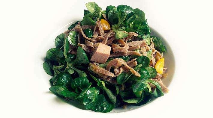 zum Rezept Low-Carb Protein-Nudeln an Paprika-Feldsalat