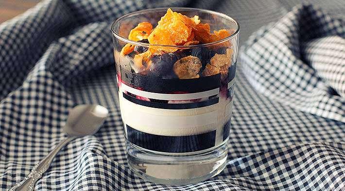 zum Rezept Knuspriger Frozen Joghurt mit Blaubeeren und Cornflakes