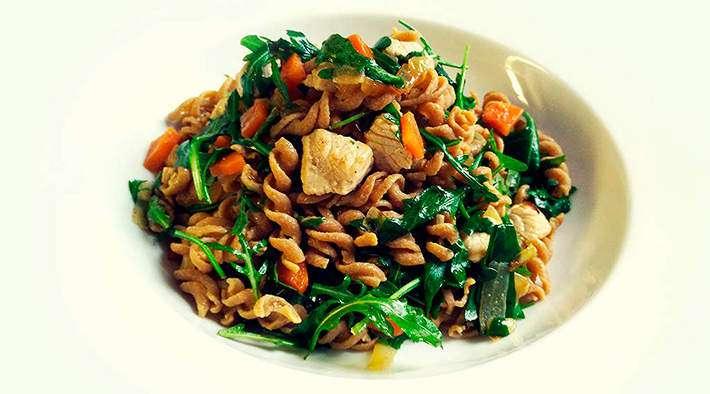 zum Rezept Protein-Pasta in Karotten-Puten-Pfanne mit Rucola