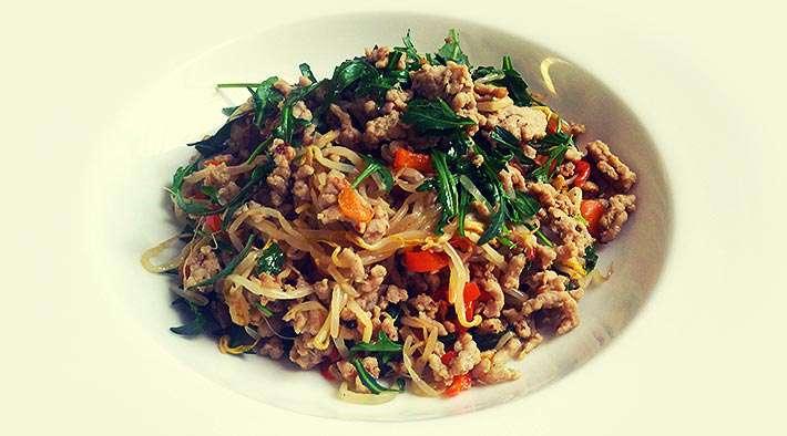 zum Rezept Low-Carb Gemüse-Putenhack mit Rucola