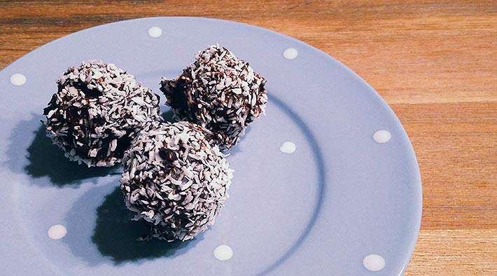 Low-Carb Schoko-Protein-Bällchen mit Kokosraspeln