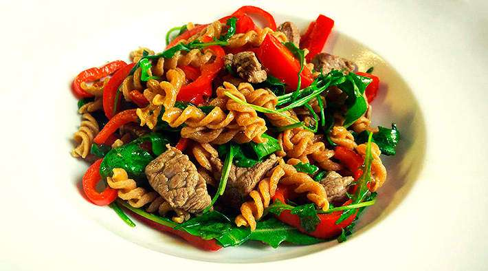 zum Rezept Rindfleisch-Gemüse-Pfanne mit Eiweiß-Spirelli