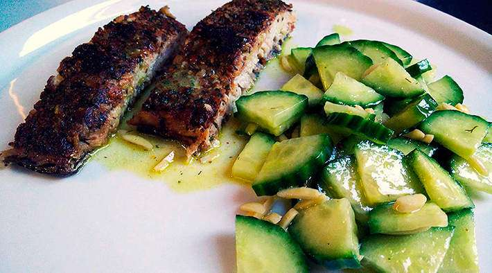 Wildlachs-Filet an Senf-Dill-Gurkensalat