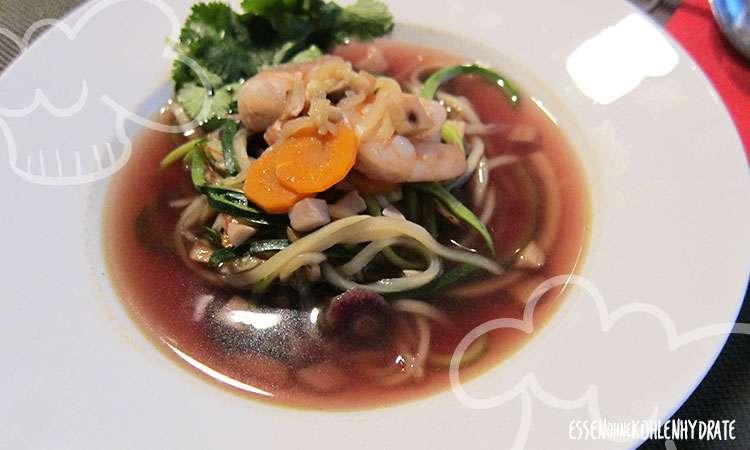 zum Rezept Zucchini-Pho mit Garnelen