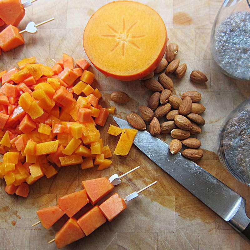 Chiapudding mit Kaki, Papaya & Mandelkruste