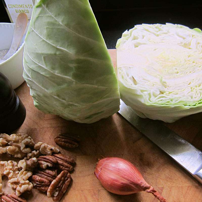 Spitzkohl-Salat mit Nüssen & Sesam