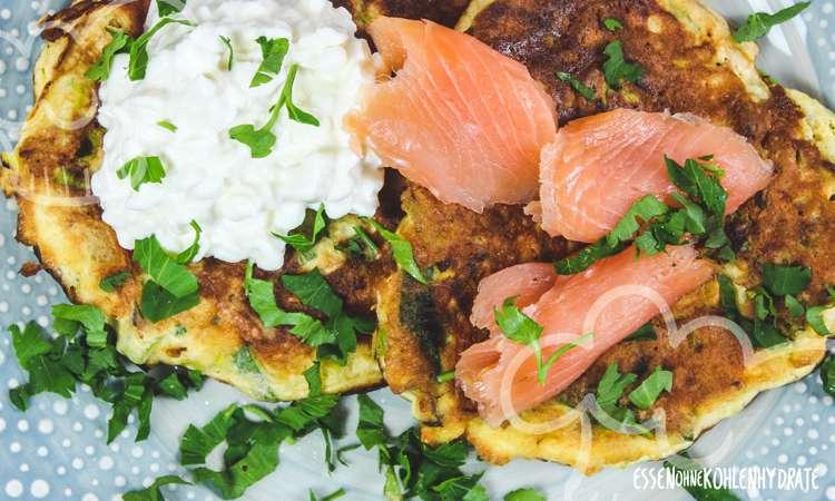 Gemüse-Pancakes mit Lachs