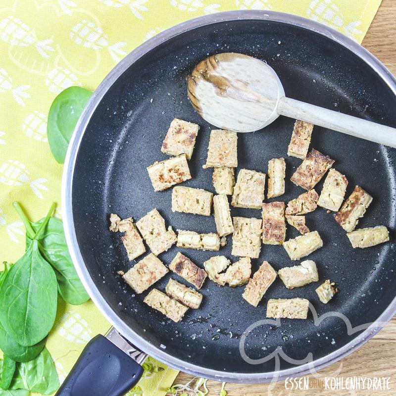 Spinatsalat mit knusprigem Tofu