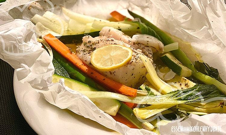 Gemüse aus dem Pergament mit Kabeljau